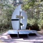 Pomnik w lasku między Os. Stałym a Podłężem