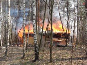 Pożar baraku w kompleksie leśnym na Starej Hucie